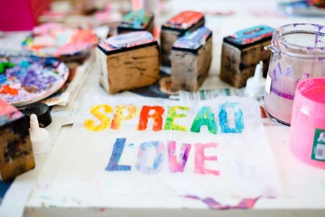 """""""Spread Love""""-Druck von Skyren (Foto: Facebook/Skyren)"""
