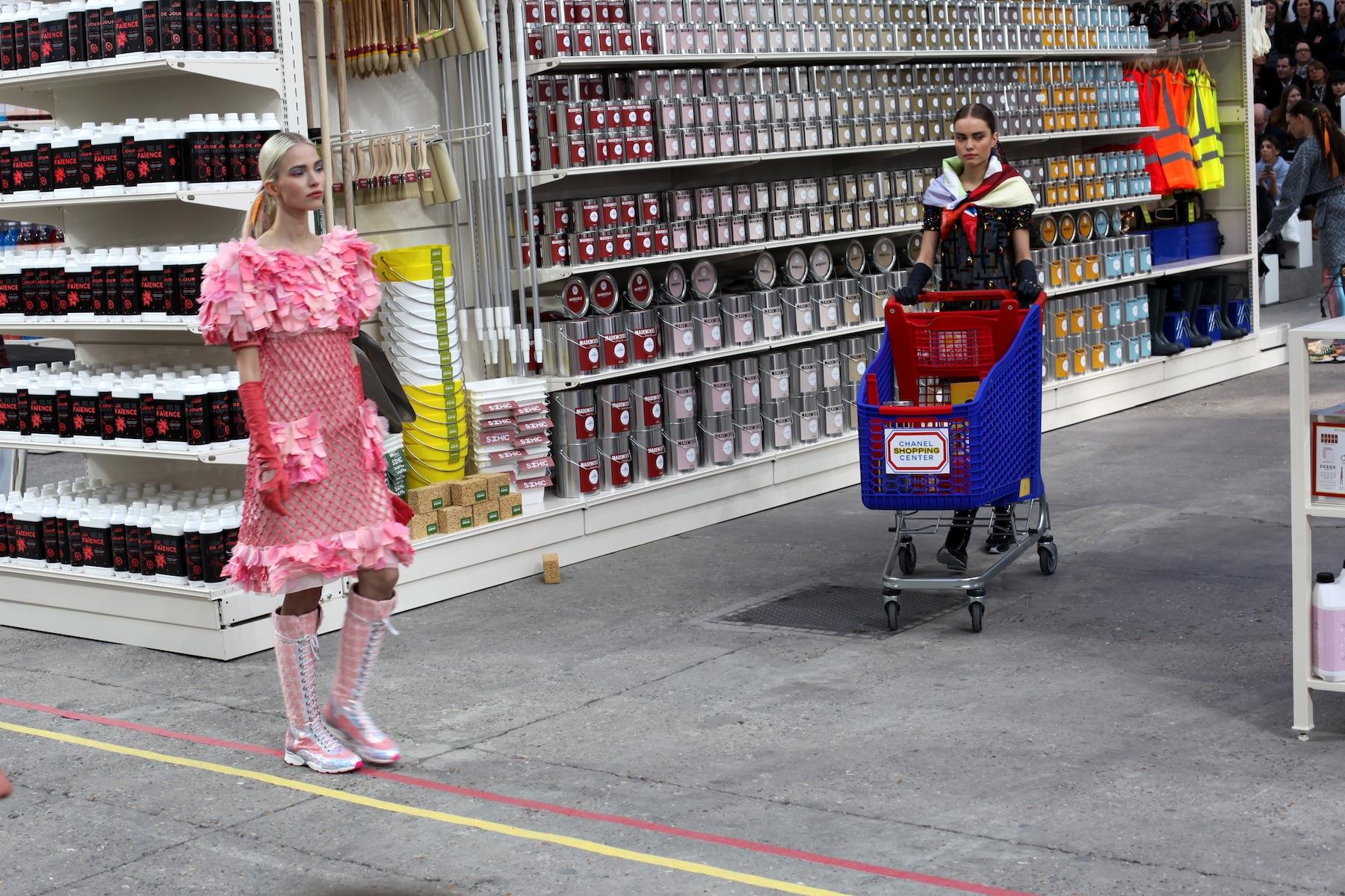 paris die show von chanel aw2014 supermodels im With balkon teppich mit top teppich tapeten supermarkt aschaffenburg