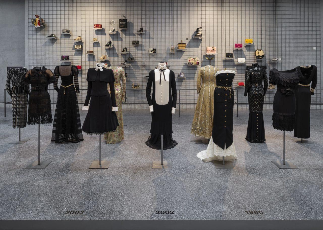 Journelles-Karl-Lagerfeld-Modemethode-Chanel-Kleider-Ausstellung