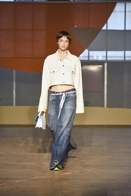 324cee6dc3f79 Noch ein 90er-Comeback  die Jeansjacke! War sie lange Zeit unter den  Scheffel der Lederjacke gefallen