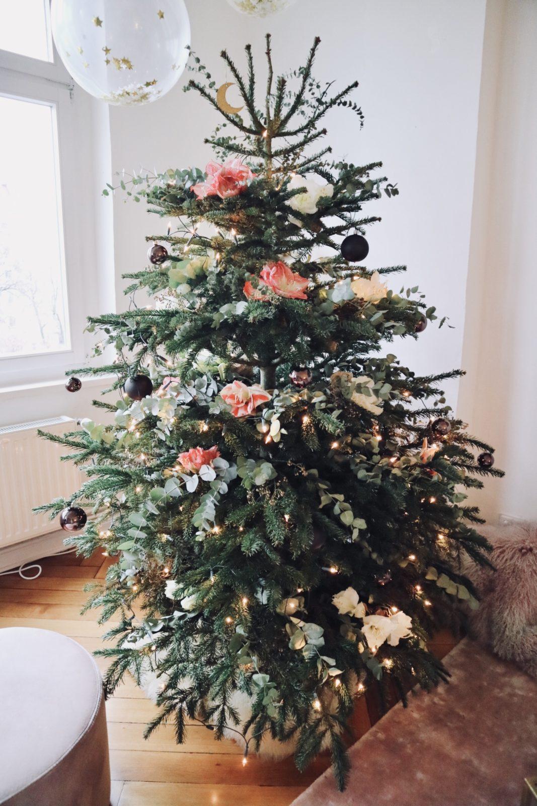 Der blumige weihnachtsbaum so dekoriert jessie ihre wohnung zu weihnachten mit diy anleitung - Weihnachtsdeko wohnung ...